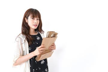 買い物袋を整理する店舗スタッフ