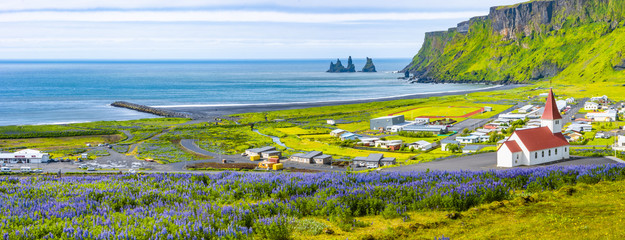 Foto auf Leinwand Insel View of basalt stacks Reynisdrangar, black sand beach, church and city of Vik, Iceland