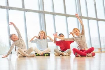 Kinder beim Stretching im Sportunterricht