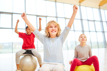 Gruppe Kinder jubelt bei einem Wettkampf