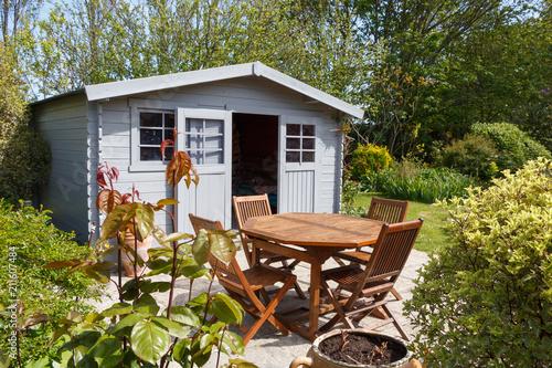 Cabanon avec terrasse et salon de jardin\