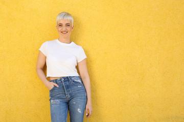 Junge Frau vor gelber Wand