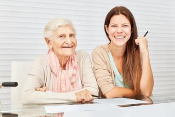 Enkelin gibt Großmutter Beratung bei Finanzen