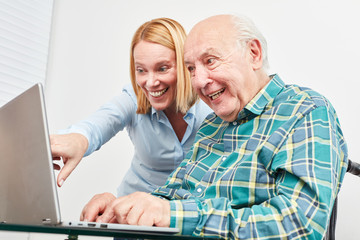 Wall Mural - Alter Senior am Laptop Computer beim Video Chat