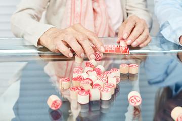 Wall Mural - Hände von Senioren beim Bingo spielen