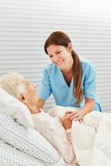 Krankenschwester kümmert sich um kranke Seniorin
