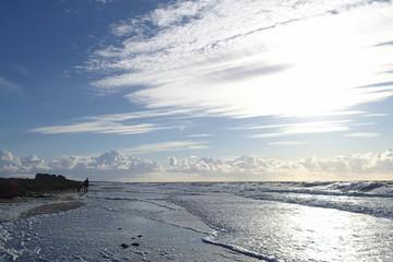 Spaziergang an der Ostsee bei Hochwasser mit Sonnenschein