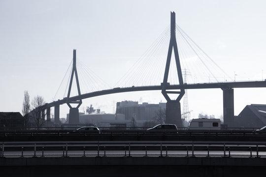 Hamburg Köhlbrandbrücke mit Autobahn im Gegenlicht