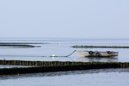 Nordsee, Metallboot bei Ebbe im Watt