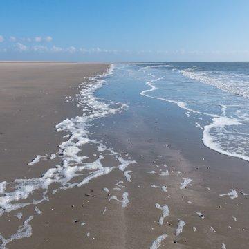 Nordsee, Strand mit endloser Weite, Sonne und Wellen