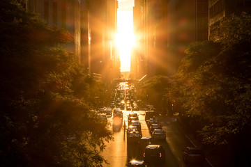 Foto op Plexiglas New York City Sunset between the buildings on 42nd Street in Manhattan New York City