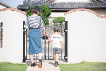家から出かける親子