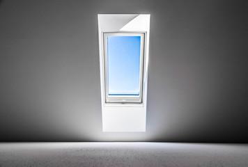 Dachfenster und blauer Himmel, Freiheit