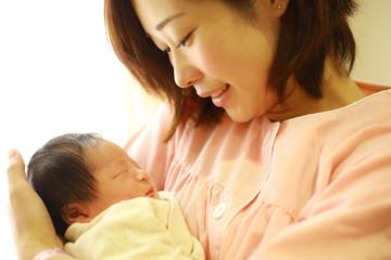 新生児と若い母親