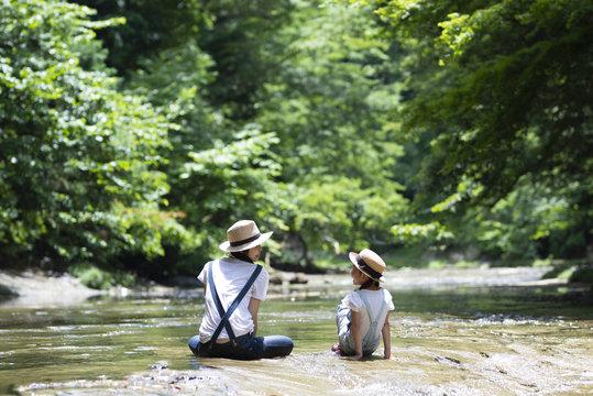 川で遊ぶ親子