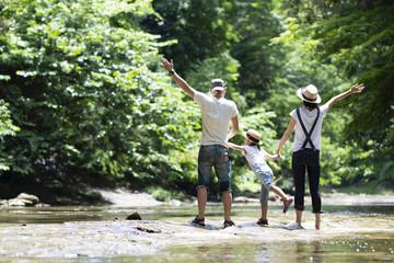 川で遊ぶファミリー