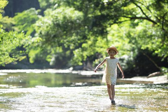 川で遊ぶ女の子