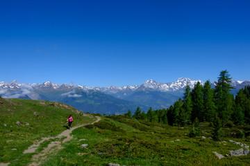 Pila (AO). Salendo al Lago Chamolé. Sullo sfondo il massiccio del Monte Bianco