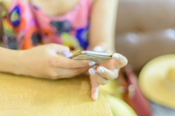 mujer con su telefono movil en un bar cafeteria colores happy