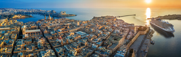 Foto op Plexiglas Luchtfoto Valletta, Malta - Aerial panoramic view of Valletta with Mount Carmel church, St.Paul's and St.John's Cathedral, Manoel Island, Fort Manoel, Sliema and cruise ship entering Grand Harbor at sunrise