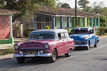 Türaufkleber Autos aus Kuba Schöner roter und blauer Oldtimer auf Kuba (Karibik)