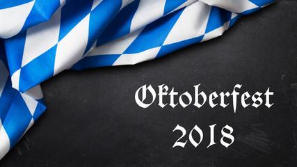 """Tischtuch mit bayrischem Rautenmuster und Kreidetafel mit Aufschrift """"Oktoberfest 2018"""""""