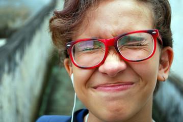 menina adolescente oculos vermelho cabelo curto em close, expressao expontanea brasil 2018