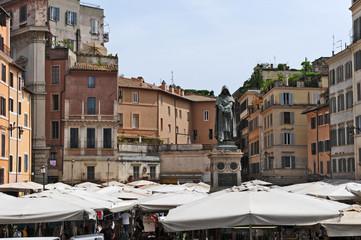 Roma, piazza Campo de Fiori - Mercato e statua di Giordano Bruno