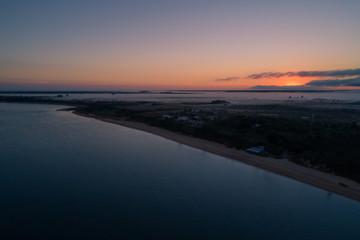 amanecer en ituzaingo corrientes desde drone con reflejos de la luz en la niebla