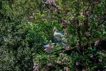 Statuettes de cigognes dans un jardin, emblème de l'Alsace