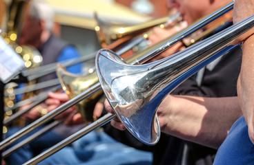 Musikant spielt Posaune in Big Band unter freiem Himmel - Nahaufnahme