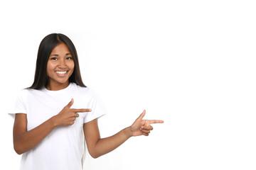 Hübsches junges Mädchen mit langen dunklen Haaren lacht und zeigt in eine  Richtung ba73492e77