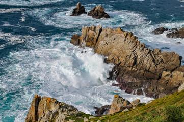 Vue sur les vagues qui s'écrasent sur les rochers en Bretagne