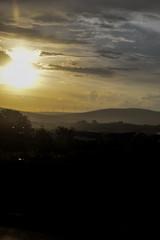 Couché de soleil sur une petite montagne avec des éoliennes