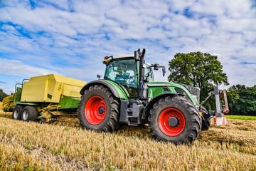Strohernte - Traktor mit Ballenpresse