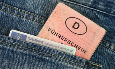 Alter und neuer Führerschein in Hosentasche