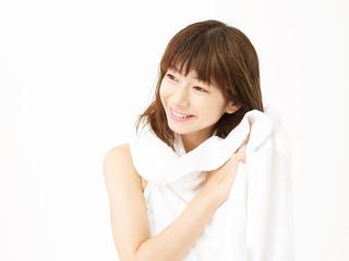 お風呂上がりに髪を拭く女性