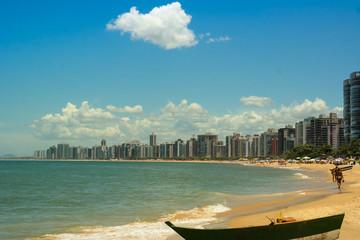Summer, sand, beach and the city - Itapuã's beach cityscape - Praia em dia de verão (Vila Velha vista da Praia de Itapuã)