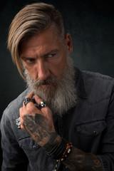 Close up Porträt eines bärtigen, nachdenklichen Mannes
