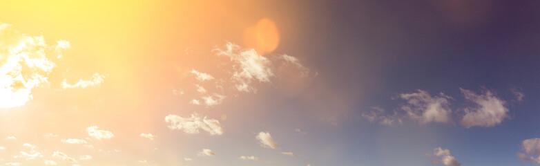 Himmel Panorama Hintergrund mit Sonne und Wolken