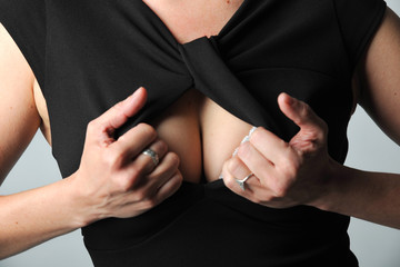 frau in kleid mit sexy ausschnitt und dekollete 3