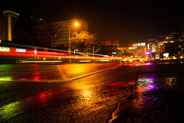 line of light on the street in the city on a rainy day. Fotomurales
