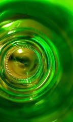 Oeil à travers une bouteille en verre