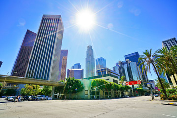 Photo sur Aluminium Los Angeles View of the office buildings and main roads in the financial district in Los Angeles on a sunny day.