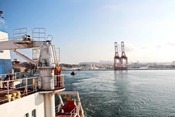 Foto auf Leinwand Port Вид на причал и береговые сооружения порта Салалах,Оман, Индийский океан