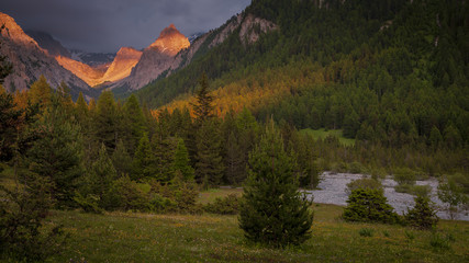 Lumière du soleil couchant sur le Val d'Escreins (Hautes Alpes) - Light of the setting sun on Val d'Escreins (High Alps)