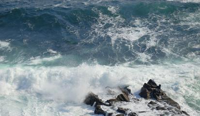 海 波 しぶき 岩 素材
