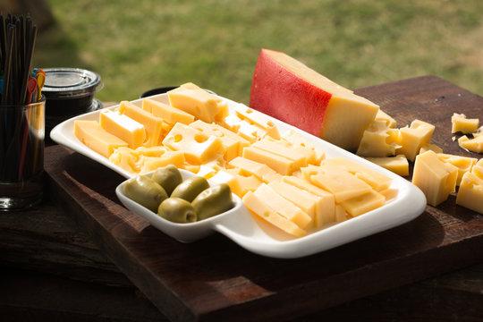 Picada de queso y aceitunas