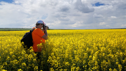 photographer in search of a story / photo hike rapeseed field story search