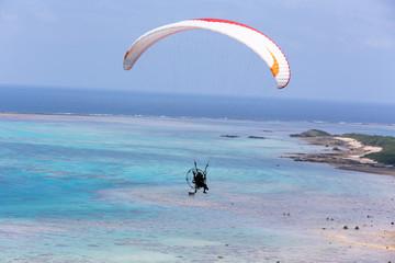 沖縄・石垣島、平久保崎のパラグライダー